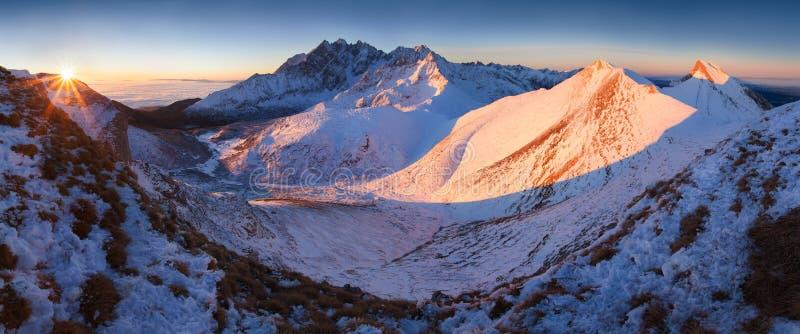 Panorama alto da cordilheira de Tatras do inverno com muitos picos e céu claro de Belian Tatras Dia ensolarado sobre montanhas ne imagens de stock royalty free