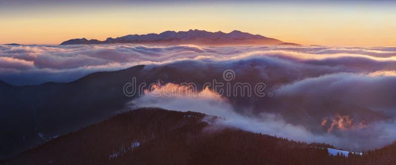 Panorama alto da cordilheira de Tatras do inverno com muitos picos e céu claro Dia ensolarado sobre montanhas nevados fotografia de stock