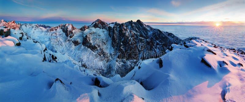 Panorama alto da cordilheira de Tatras do inverno com muitos picos e céu claro Dia ensolarado sobre montanhas nevados foto de stock