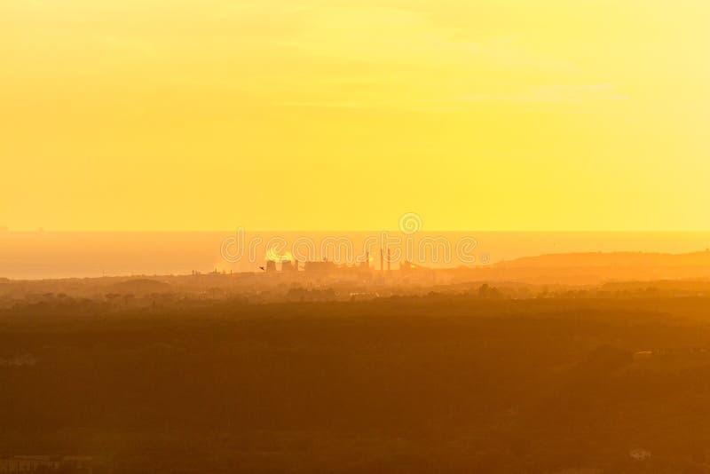 Panorama amarillo de niebla de Toscana fotografía de archivo libre de regalías