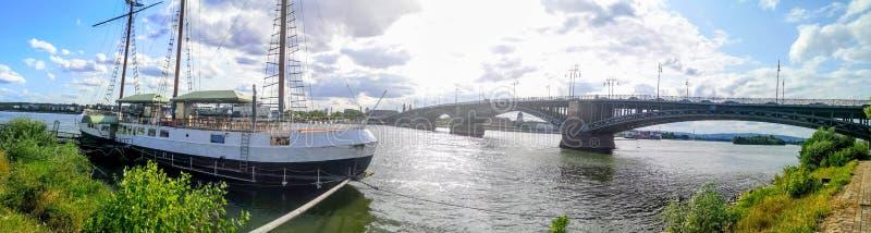 PANORAMA amarre del barco de MAGUNCIA, ALEMANIA, Maguncia Kastel cerca de Maguncia, Alemania imagenes de archivo
