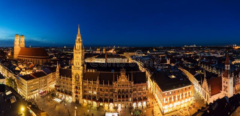 Panorama amplio aéreo nuevo ayuntamiento y Marienplatz en el nig imagenes de archivo