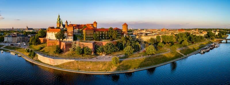 Panorama amplio de Kraków, de Polonia, castillo de Wawel y del río Vistula fotos de archivo