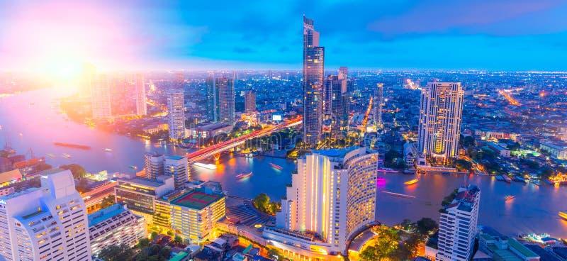 Panorama amplio de la noche del paisaje urbano de Bangkok de la luz crepuscular de la puesta del sol imagen de archivo