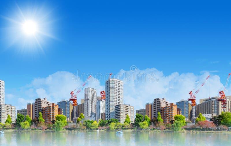 Panorama amplio del metro limpio de la ciudad del verde del eco urbano imagenes de archivo