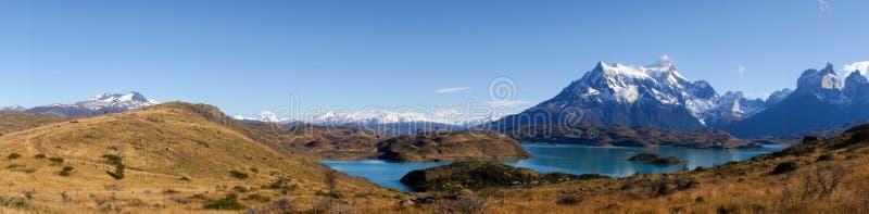 Panorama-Ansicht von Mirador Pehoe in Richtung zu den Bergen in Torres Del Paine, Patagonia, Chile stockbilder