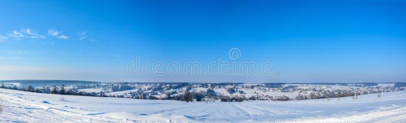 Panorama asombroso del pueblo ucraniano en Ucrania occidental en invierno fotografía de archivo