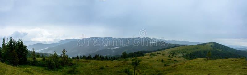 Panorama asombroso en la montaña Yavorinka en los Cárpatos durante la lluvia fotografía de archivo libre de regalías