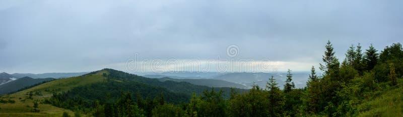 Panorama asombroso en la montaña Yavorinka en los Cárpatos durante la lluvia fotos de archivo