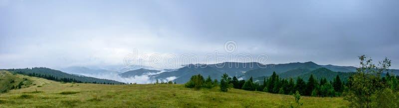 Panorama asombroso en la montaña Yavorinka en los Cárpatos durante la lluvia imágenes de archivo libres de regalías
