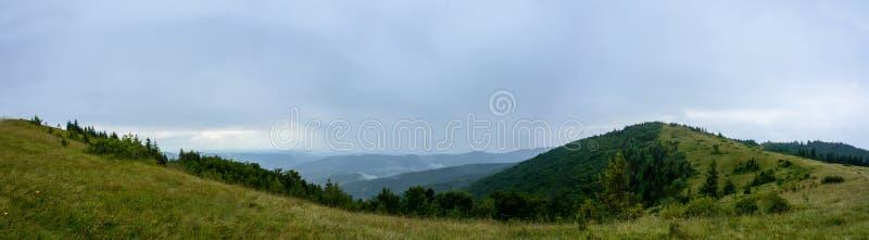 Panorama asombroso en la montaña Yavorinka en los Cárpatos durante la lluvia foto de archivo libre de regalías