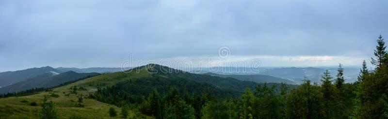 Panorama asombroso en la montaña Yavorinka en los Cárpatos durante la lluvia fotos de archivo libres de regalías