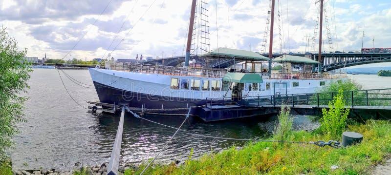 PANORAMA attracco della barca di MAINZ, GERMANIA, Mainz Kastel vicino a Mainz, Germania fotografia stock libera da diritti