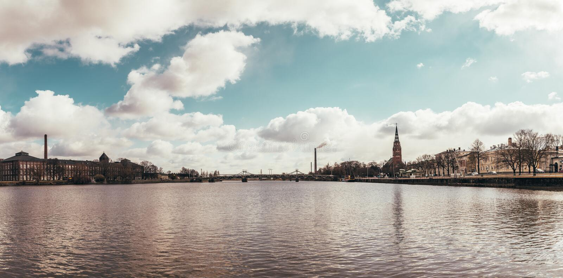 Panorama au-dessus de la rivière à la ville de Pori en Finlande photo stock