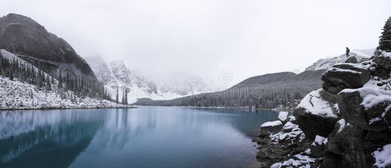 Panorama au lac moraine après un saupoudrage frais de neige photos libres de droits