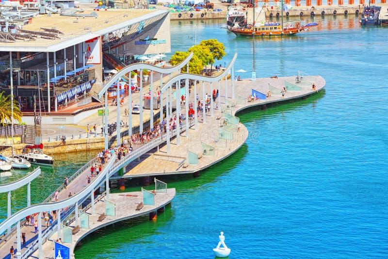 Panorama auf Barcelona-Seehafen und mobiler Brücke Puen Maremagnum lizenzfreie stockfotografie