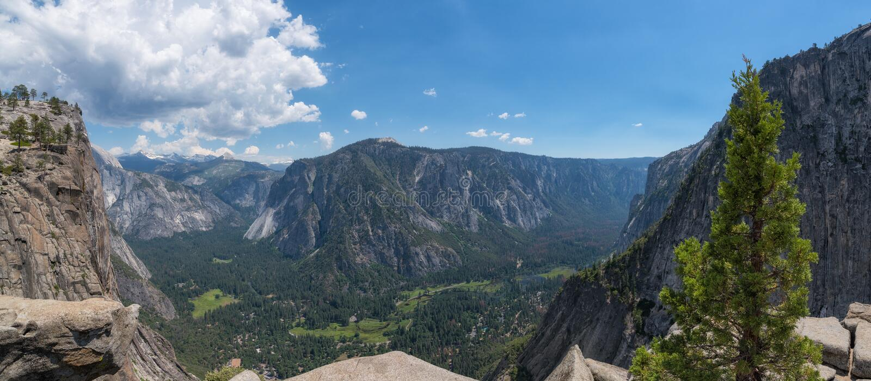 Panorama auf von den oberen Fällen schleppen Unterlassungsyosemite-Tal lizenzfreie stockfotos
