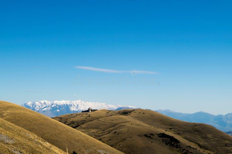 Panorama automnal avec les montagnes habillées de neige image libre de droits