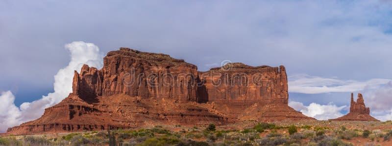 Panorama av ökenbutten med orange sandsten och blåa himlar arkivfoto