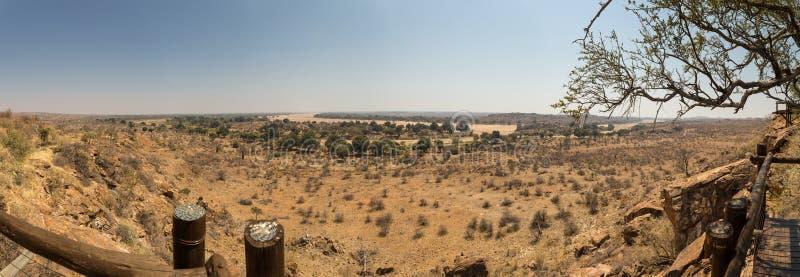 Panorama av ökenlandskapet med torr flodsäng i den Mapungubwe nationalparken, Sydafrika royaltyfria foton