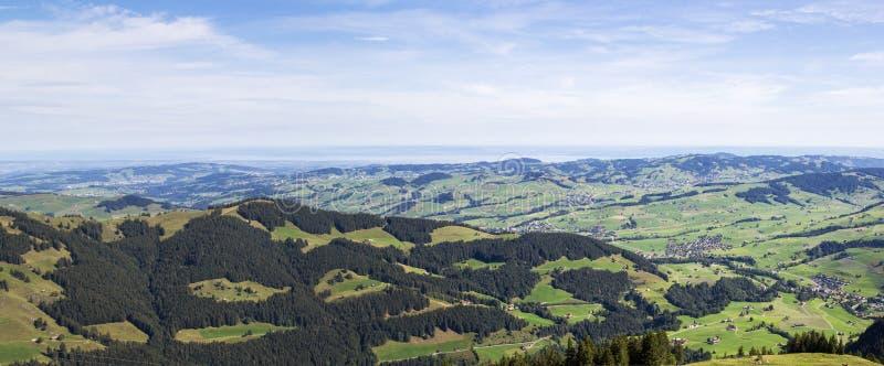 Panorama av Appenzellerlanden, en överblick från den höga schweiziska Alpstein regionen Ebenalp royaltyfri bild