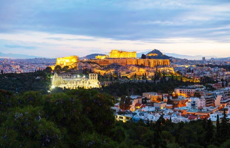 Panorama av Aten med akropolen i aftonen efter solnedgång arkivfoto