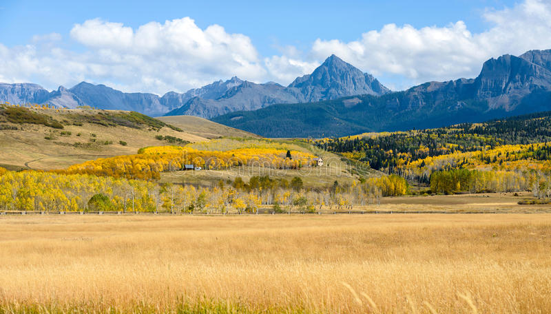 Panorama av Autumn Mountain Valley på Mt Sneffels royaltyfri fotografi