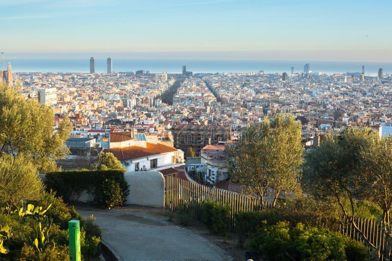 Panorama av Barcelona från parkerar Guel på en solnedgång arkivbild