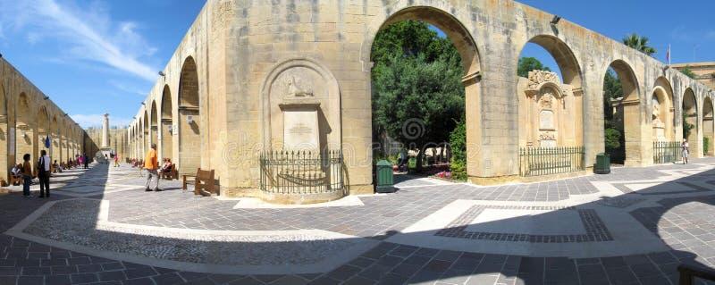 Panorama av Barrakka trädgårdar i Valletta, Malta royaltyfri fotografi