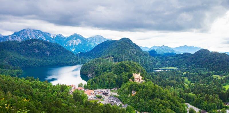 Panorama av berg och den Hohen Schwangau slotten i Tyskland arkivbild