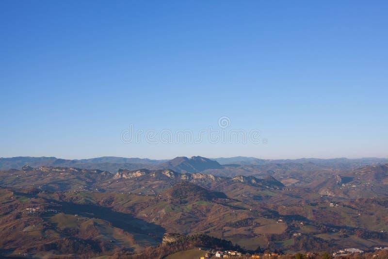 Panorama av bergen, bygden och himmel arkivbilder
