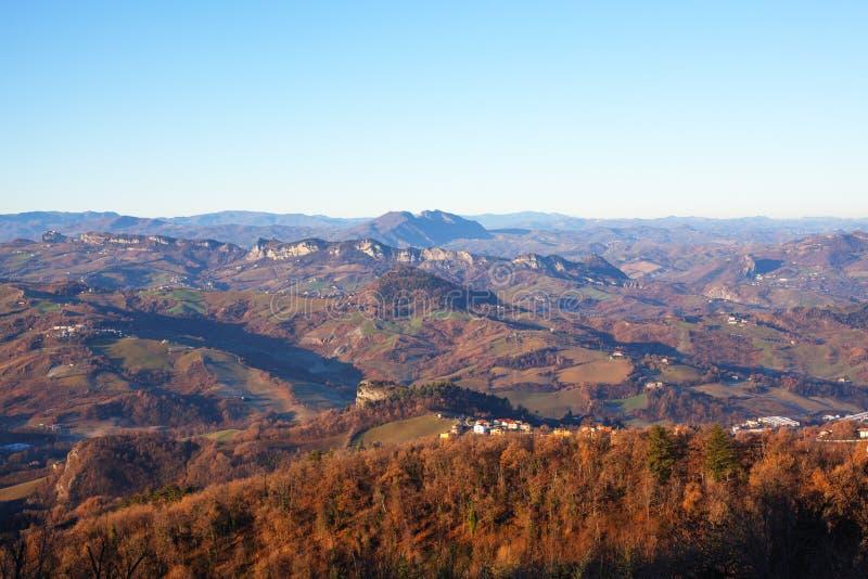 Panorama av bergen, bygden och himmel arkivfoto