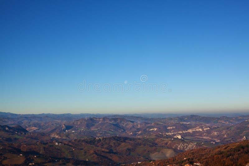Panorama av bergen, bygden och himmel royaltyfria bilder