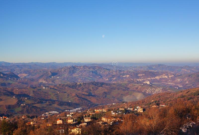 Panorama av bergen, bygden och himmel royaltyfri fotografi