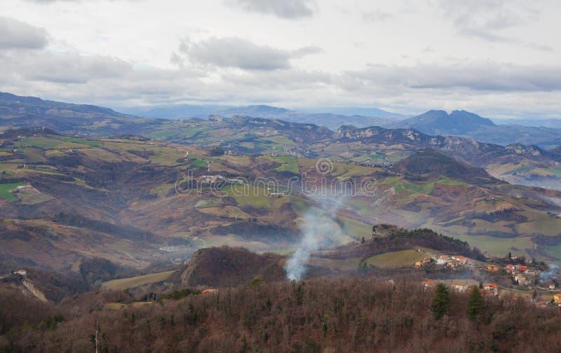 Panorama av bergen, bygden och himmel royaltyfria foton