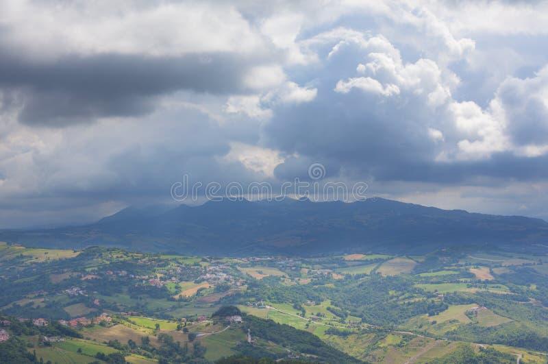 Panorama av bergen, bygden och molnig himmel arkivfoton