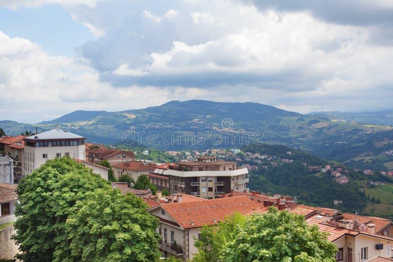 Panorama av bergen, bygden och molnig himmel fotografering för bildbyråer