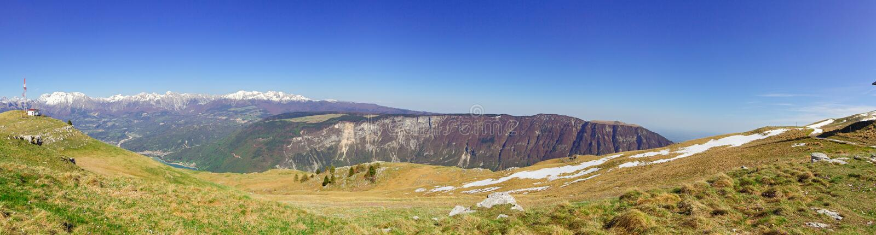 Panorama av bergen med den blåa skyen arkivfoto