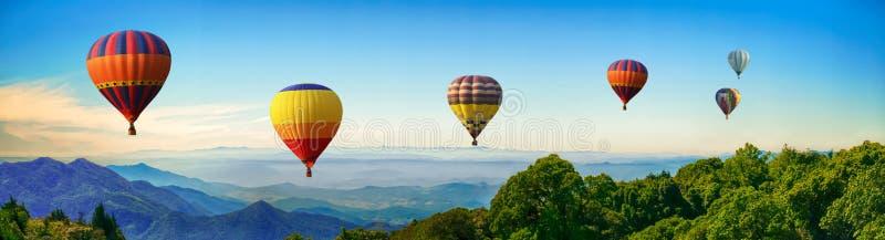 Panorama av berget med ballonger för varm luft på morgon på Thailan arkivbilder