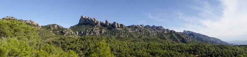 Panorama av bergregionen Montserrat med närmare detalj vaggar format royaltyfri fotografi