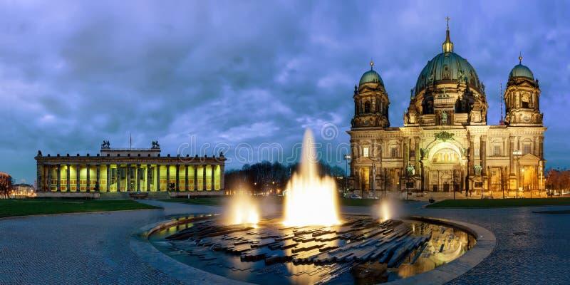 Panorama av BerlinerDomna och det Altes museet i Berlin vid natt royaltyfria bilder