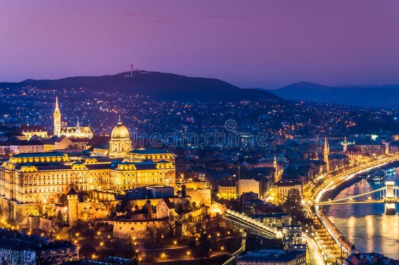 Panorama av Budapest med den kungliga slotten arkivbild