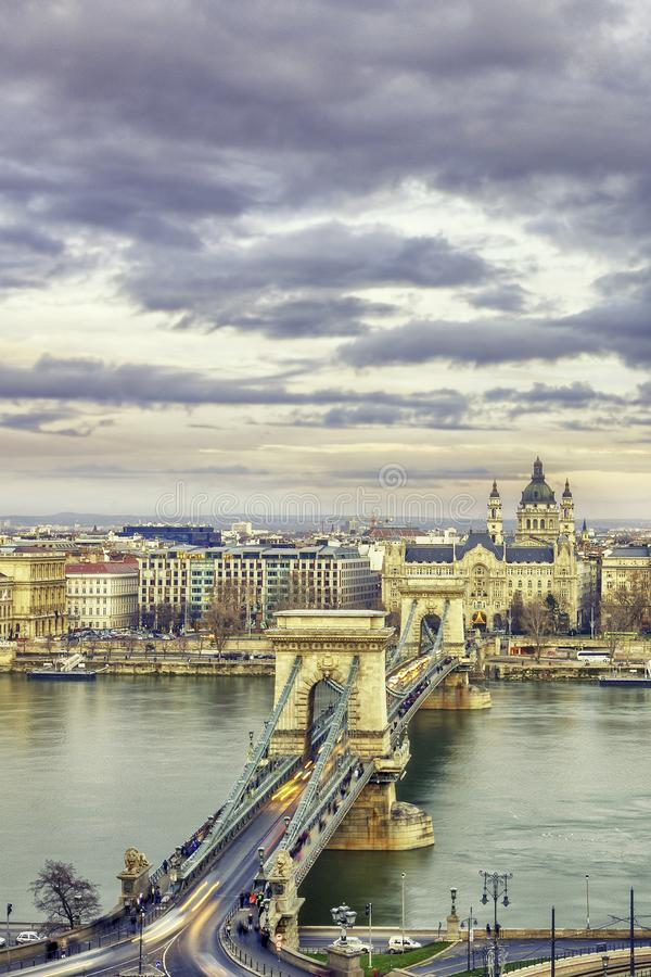 Panorama av Budapest med kedjebron på natten, Ungern royaltyfria bilder
