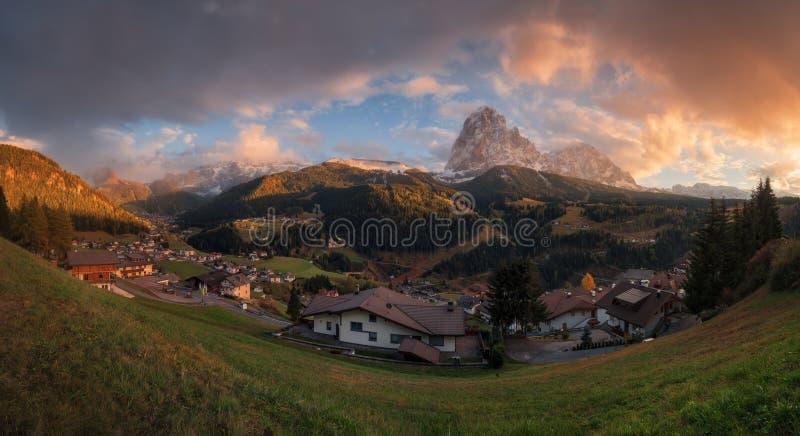 Panorama av byn av Santa Cristina i Val Gardena och bergen Sassolungo fotografering för bildbyråer