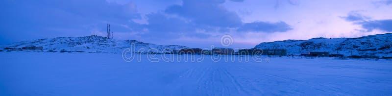 Panorama av byn av Teriberka i Februari skymning Murmansk region, Ryssland arkivfoton