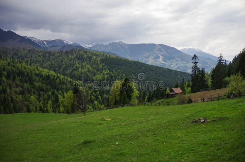 Panorama av Carpathians berg med stormig molnhimmel och sn? p? blasten, Transylvanian, Rum?nien arkivfoto