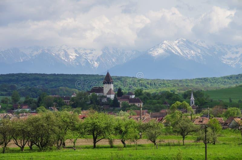 Panorama av Carpathians berg och den stärkte kyrkan (slotten) royaltyfria bilder