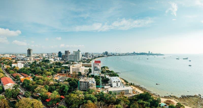 Panorama av Cityscape med byggnader och Seascape med det ljusa himmel och molnet av den Pattaya stranden i Chon Buri, Thailand royaltyfri fotografi