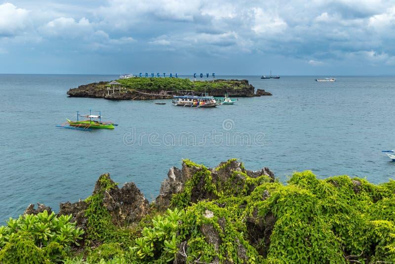 Panorama av Crystal Cove den lilla ön och turist- fartyg nära den Boracay ön i Filippinerna arkivbilder