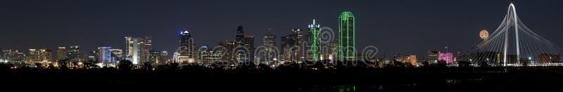 Panorama av Dallas, Texas Skyline på en klar natt med fullmånen arkivfoton
